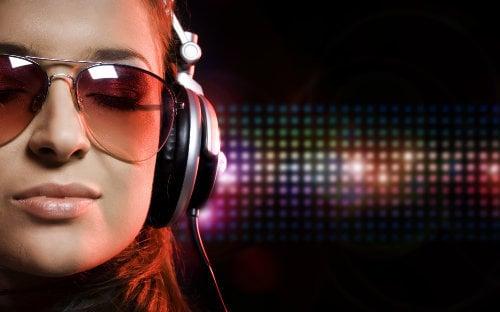 sweet-girl-with-headphones-p-o-hd
