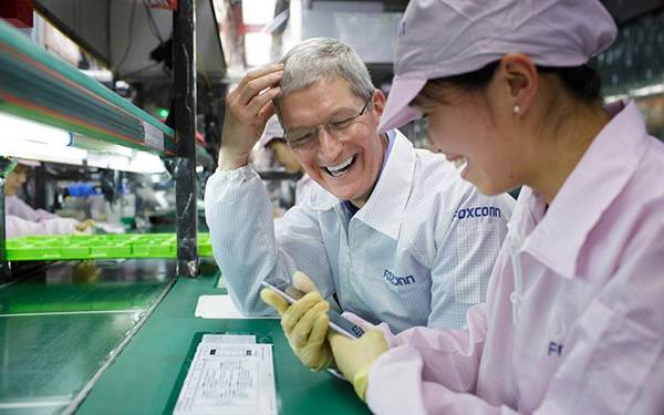 tim-cook-foxconn1
