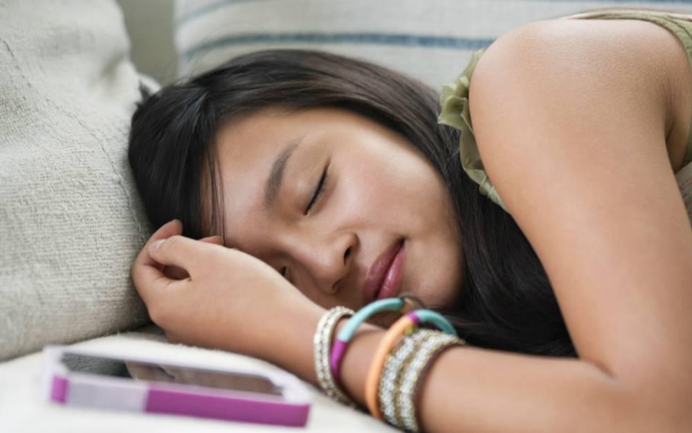 """科学家找到了真正的""""睡眠杀手"""":智能手机"""