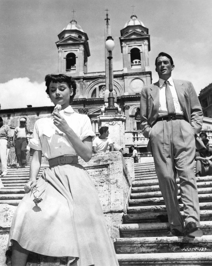Roman Holiday avec Audrey Hepburn et Gregory Peck 1953 couple descendant des escaliers femme mangeant une glace rose a la main ice cream
