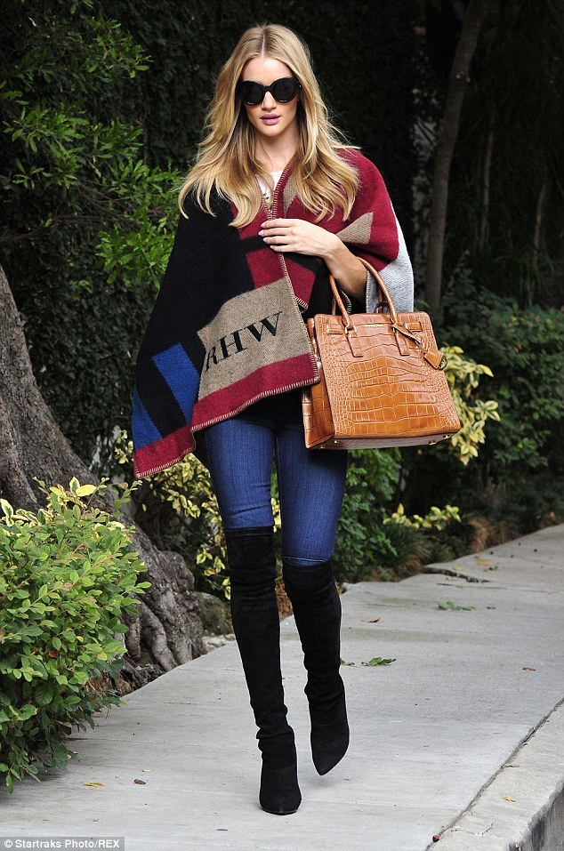 24AA83A800000578-2908141-Worn_before_Victoria_isn_t_the_first_to_don_the_Burberry_cape_Ro-a-5_1421153730744
