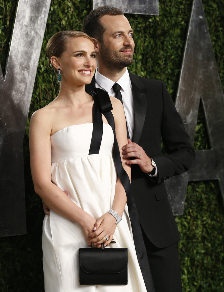 Natalie Portman with husband Benjamin Millepied at the 2013 Vanity Fair Oscars Party in West Hollywood, California February 24, 2013.  REUTERS/Danny Moloshok  (UNITED STATES TAGS:ENTERTAINMENT) (OSCARS-PARTIES) - RTR3E9I0