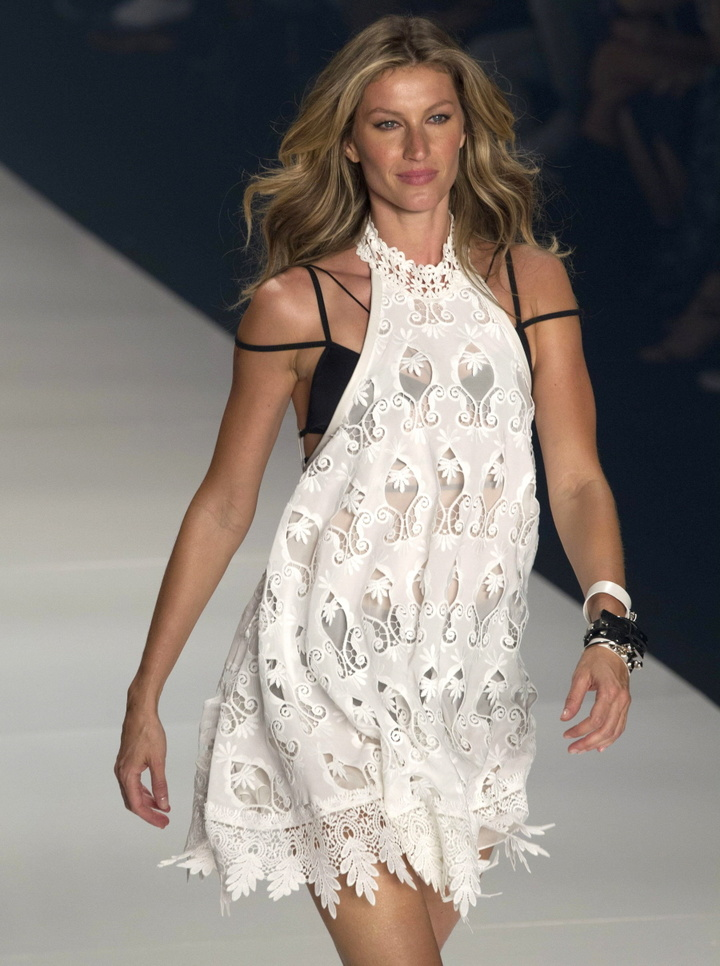 Gisele Bundchen walks down the catwalk for one last time as she models for Colcci during Sao Paulo Fashion Week in her native Brazil Featuring: Gisele Bundchen Where: Sao Paulo, Brazil When: 16 Apr 2015 Credit: SIPA/WENN.com **Only available for publication in Germany**