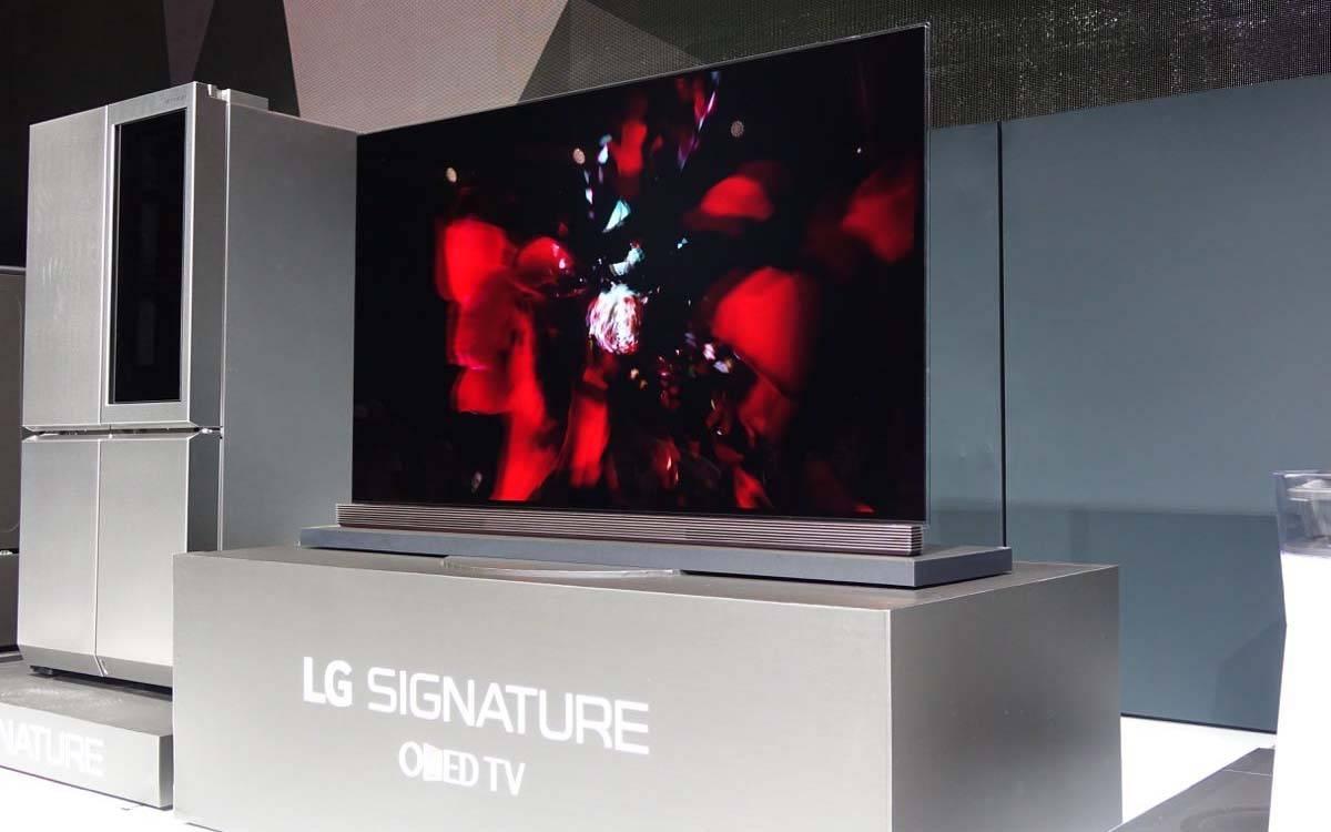 在今天凌晨的 CES 展会现场,LG 发布了一系列新款电视机,以及围绕家电产品的新策略。在发布会上,LG 也向业界透露了未来的发展方向,比如向任何品牌开放的家用物联网平台,植入汽车前挡风玻璃的 43 英寸全景信息显示器,与汽车公司合作开发传感器和通信技术。