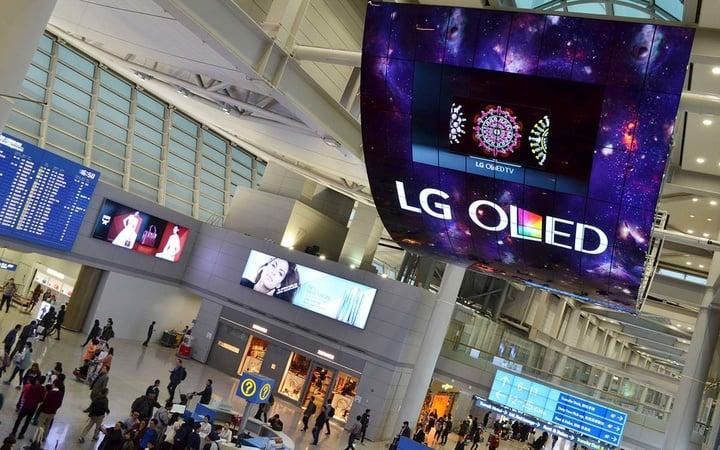 lg-42-foot-display-1