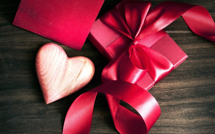 6931977-heart-gift-ribbon-bow-box-love
