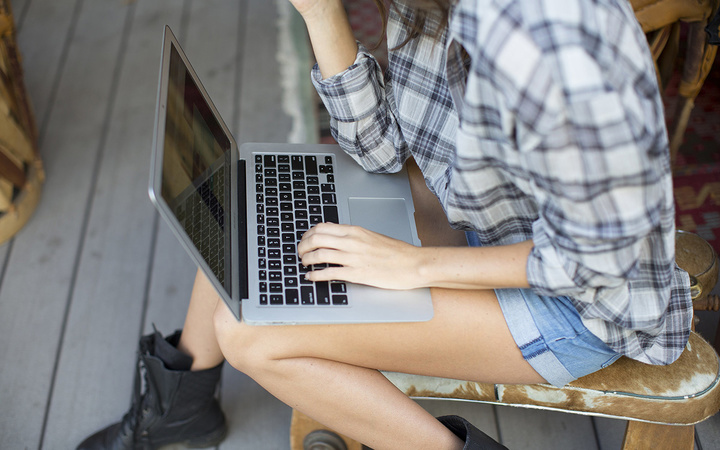 MacBook-air-girl-