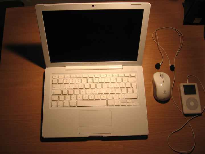 MacBook.Logitech.iPod