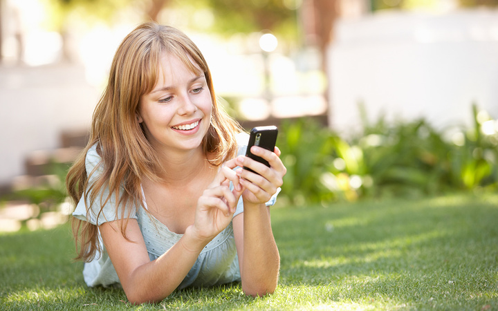 Android-phone-type-typing-girl-lying-on-grass