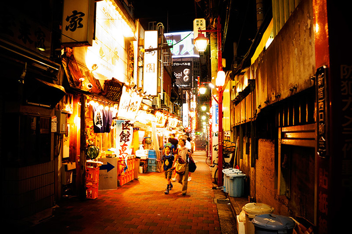 roppongi-alleyway-night-bright-lights