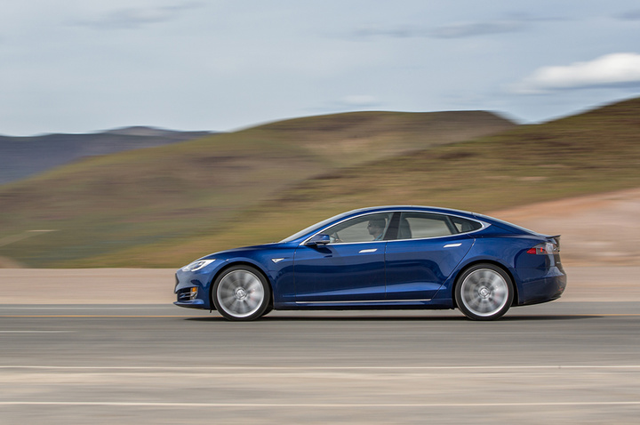 2016-Tesla-Model-S-P90D-side-in-motion-02