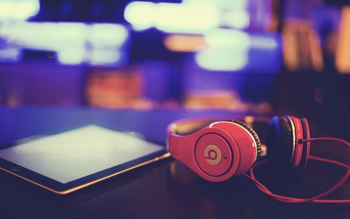 headphones-beats-tablet-hi-tech-photo-close-up-hd-wallpaper