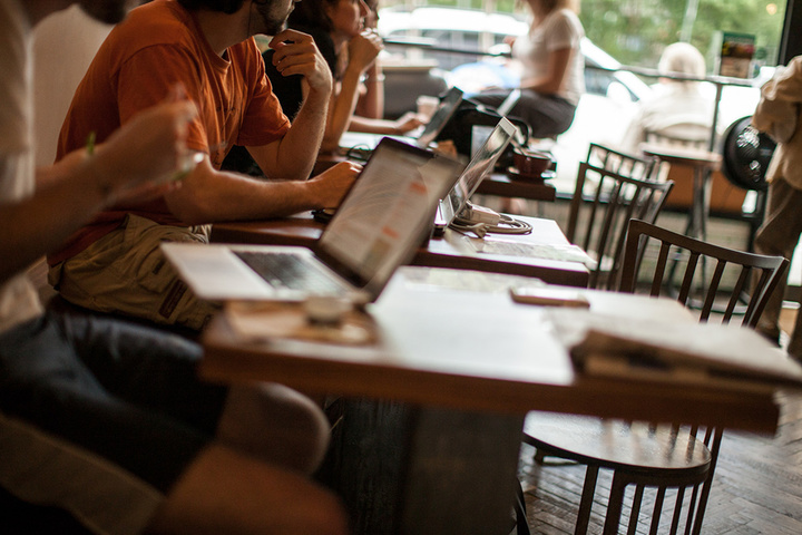 healthy-mind-heart-body-hack-productivity-3-steps-coffee-shop-environment-laptops