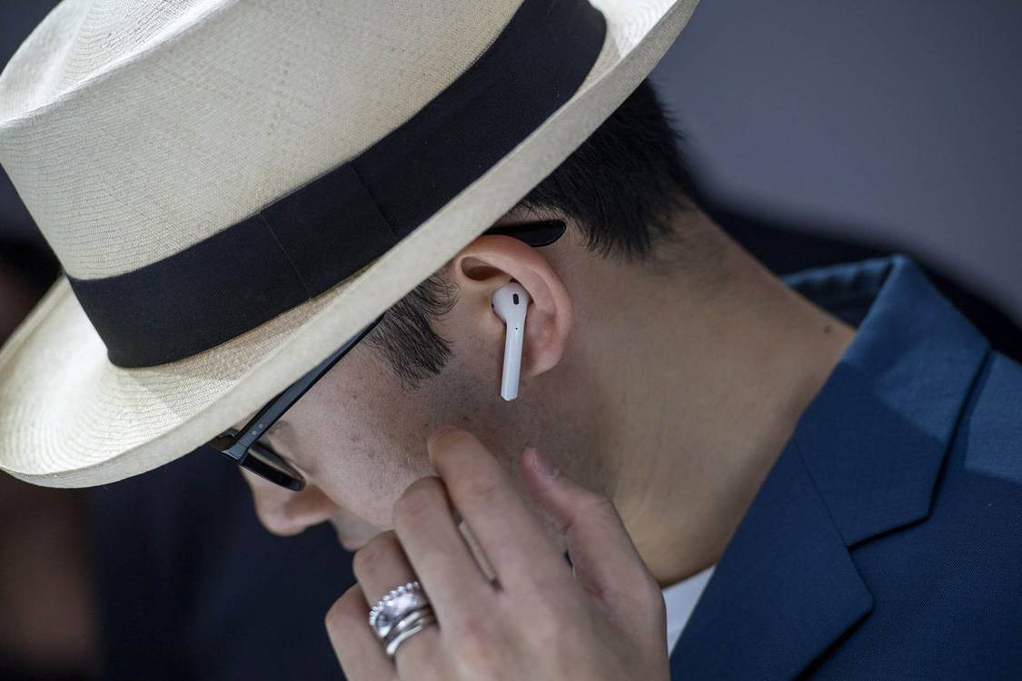 Apple-Airpods-man