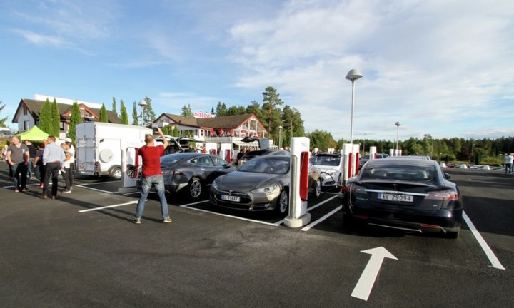 dc-fast-charging-site-in-nebbenes-norway-photo-norsk-elbilforening_100563992_l-930x558