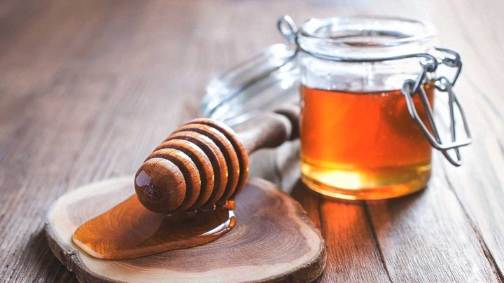 1296x728_natural_remedies_for_sore_throats-honey