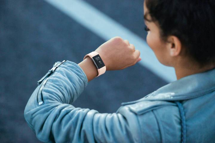 fitbit-charge-2_woman_evening_lifestyle