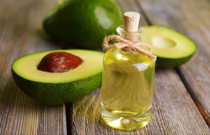 halfed-avocado-fruit-and-avocado-oil-on-wooden-table