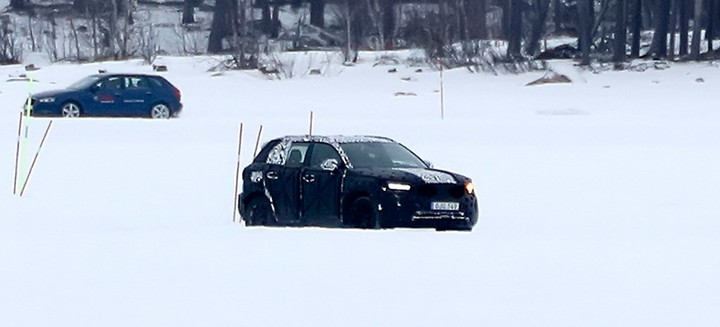 volvo-xc40-driving-through-snow-1