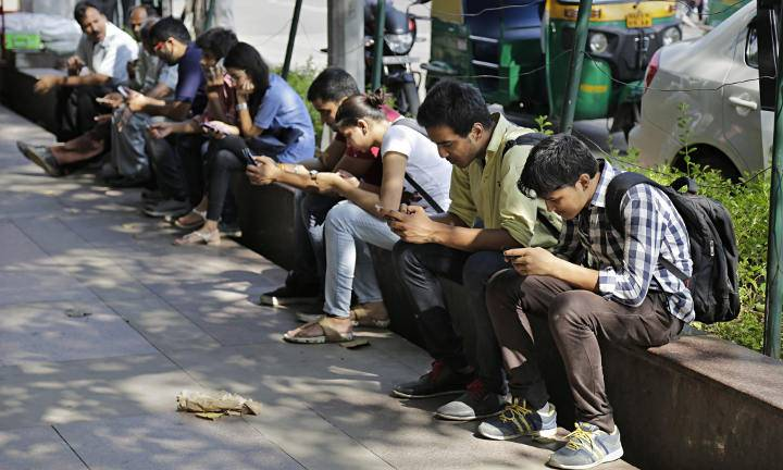 india-mobile-phone-users