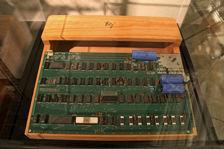 Apple_I_circuit_board_and_wooden_case_with_Woz_sign,_Computer_History_Museum