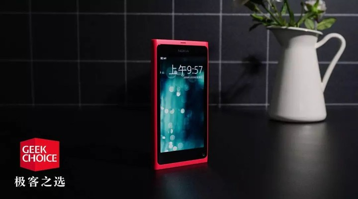 这款手机不仅是诺基亚的颜值巅峰,更是 MeeGo 系统的绝版之作 | 极客博物馆