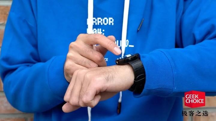 这款 Moto 打造的圆形智能手表,在五年前引发了手表「刷机」热 | 极客博物馆